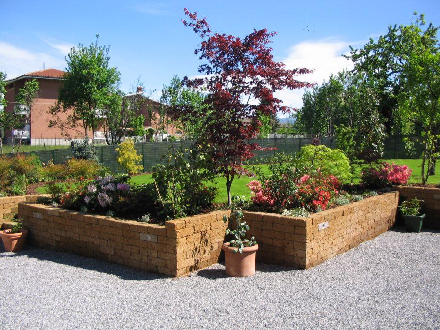 Bordure in campagna paesaggi garden vivaiopaesaggi for Muretti in tufo per aiuole